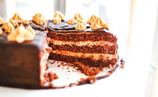 Bolo de chocolate com bicarbonato - uma de suas utilidades na cozinha
