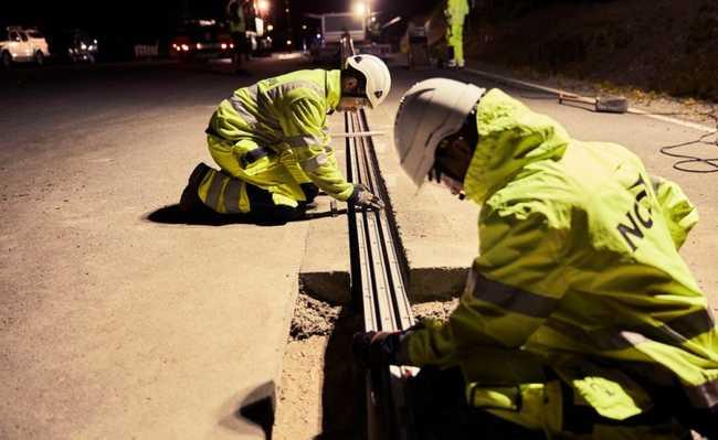 Instalação dos trilhos na estrada