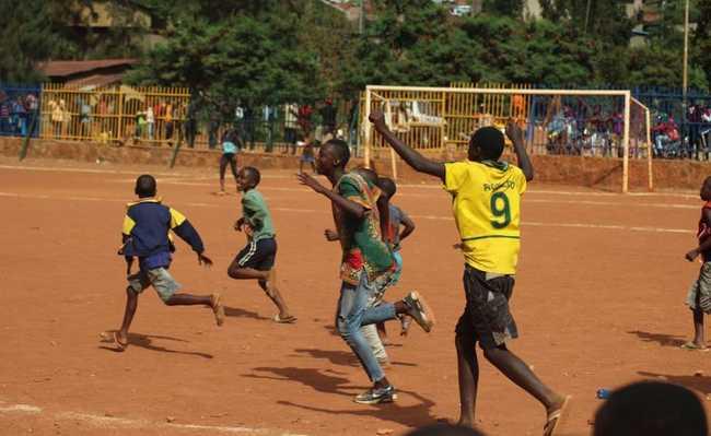 Meninos jogando futebol em Ruanda