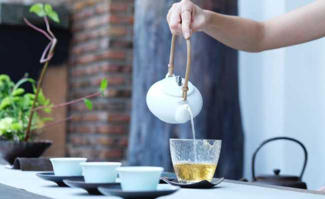 Chá de alecrim, erva doce e cravo
