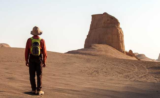 Homem caminha no deserto