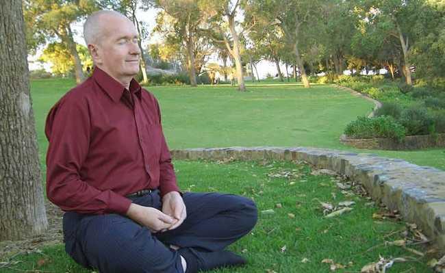 Homem sentado meditando