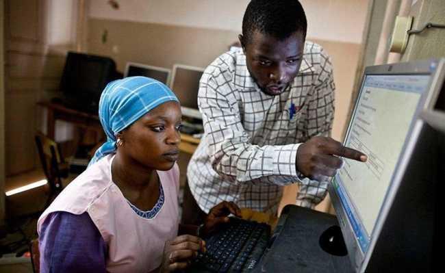 Aula de informática no Senegal