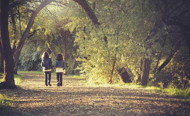 Duas crianças andando