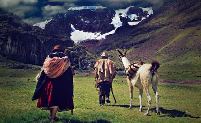 Homens perto das montanhas