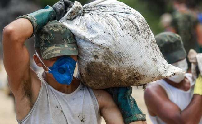 Limpeza do óleo nas praias do Nordeste
