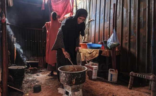 Refugiada somali Asha Abdikadir Ahmed, 42, cozinha usando briquetes energeticamente eficientes
