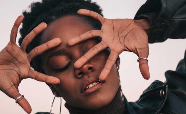 mão no rosto