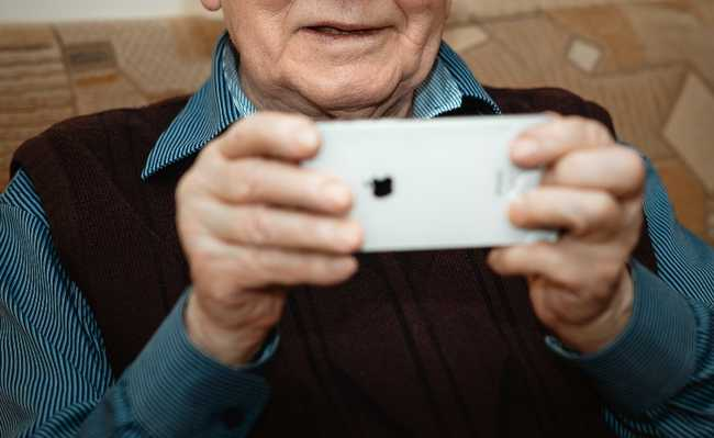 Senhor usando um celular