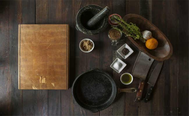 Utensílios de cozinha de diferentes materiais