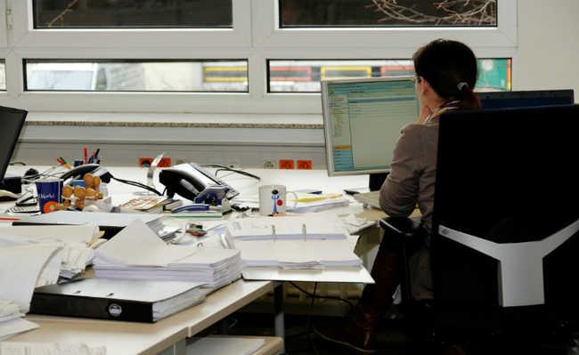 Mulher sentada trabalhando