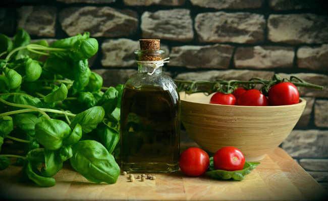 Manjericão, azeite e tomates-cereja
