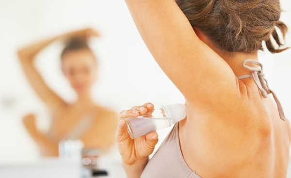 Passando desodorante