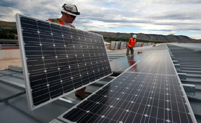 Instalação de painéis solares em prédios