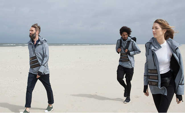 3 pessoas na praia, dois homens e uma mulher usando jaquetas Mar Frísio