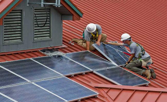 Instalando painéis solares fotovoltaicos