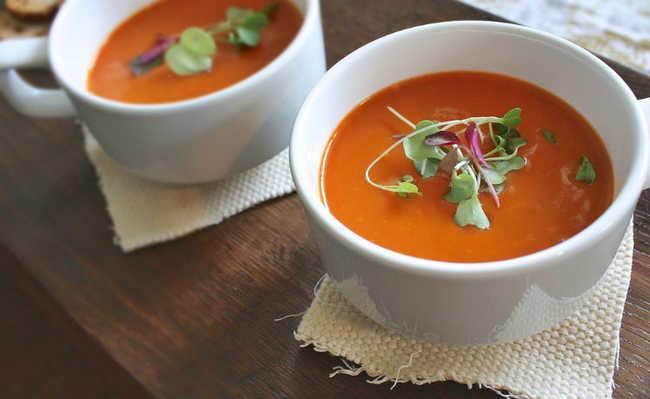 Receita de sopa de tomate à portuguesa com folhas de oliveira