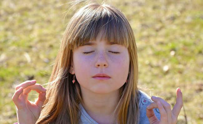 Criança a meditar
