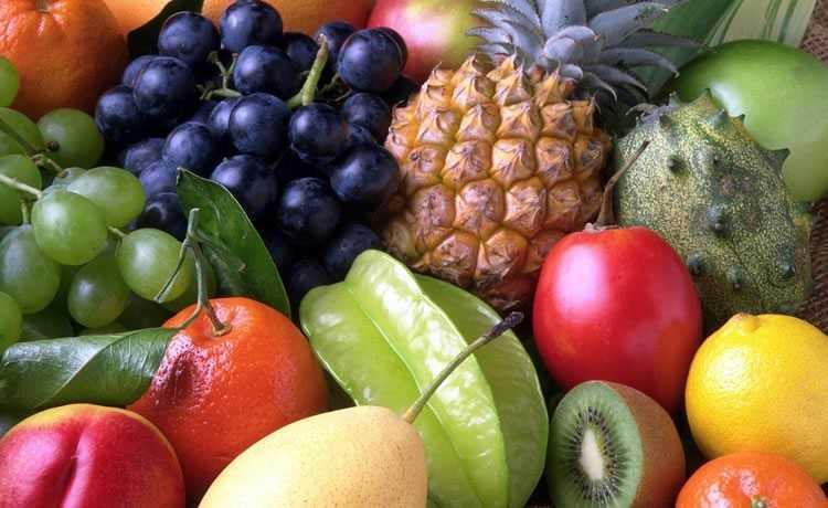 Frutas como uvas, carambolas, abacaxi
