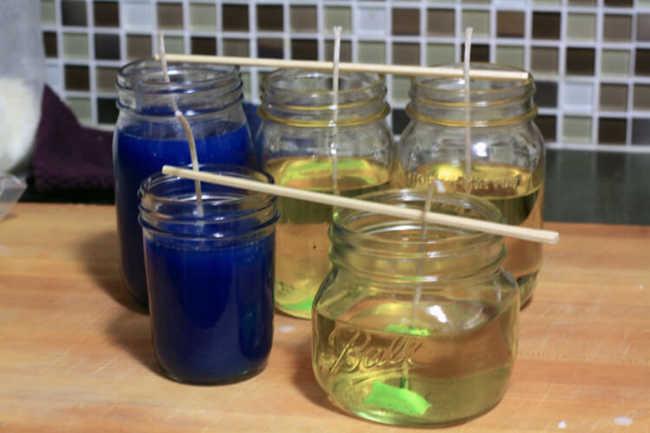 Após o derretimento completo da cera, despeje a mistura nos frascos