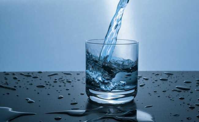 Água com microplástico