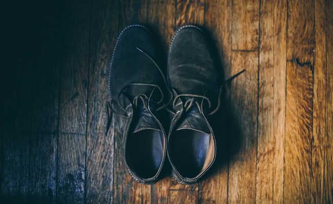 Tirar os sapatos e tênis quando entrar em casa