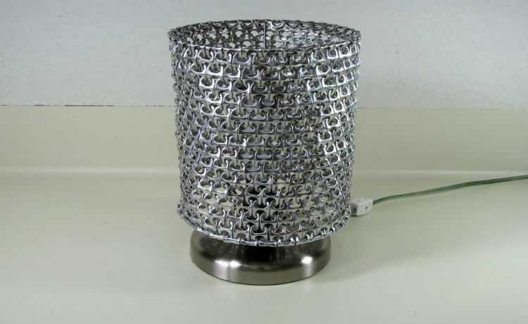 Anéis de latinha reutilizados em uma luminária