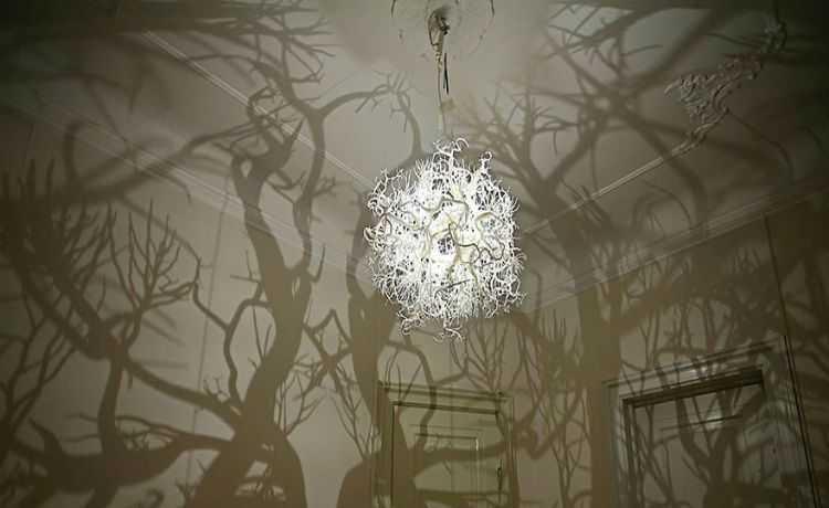 Lustre que transforma seu quarto em uma floresta