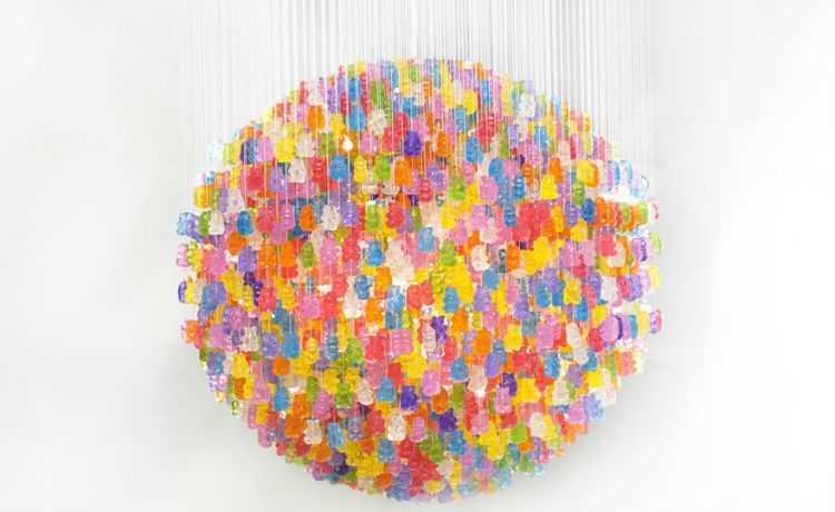 Use as balas de gelatina de urso para fazer esse lustre divertido