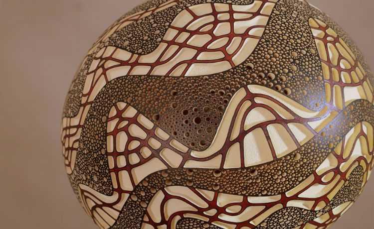 Luminária com desenhos africanos esculpidos