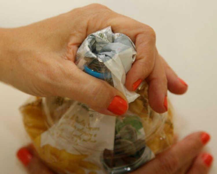 E espalhe para que todo o material plástico recubra a boca da garrafa