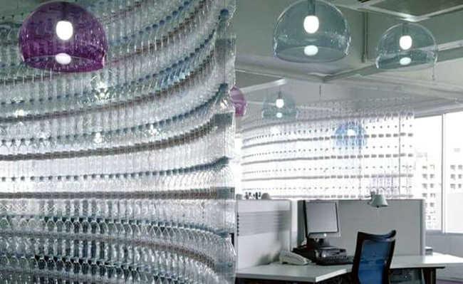 Divisória para escritório utilizando garrafas PET e barbante
