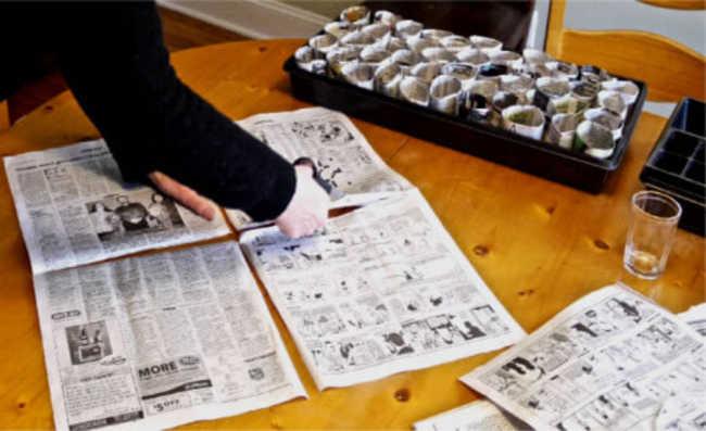 1. Corte a folha inteira do jornal (frente e verso + frente e verso) em quatro pedaços