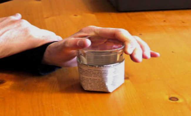 5. Após embalar o copo, pressione a parte inferior do copo para baixo (para garantir o fechamento da dobradura feita)