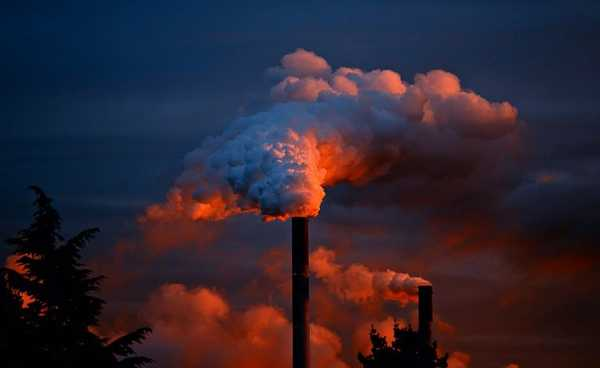 Fumaça branca saindo de chaminé industrial