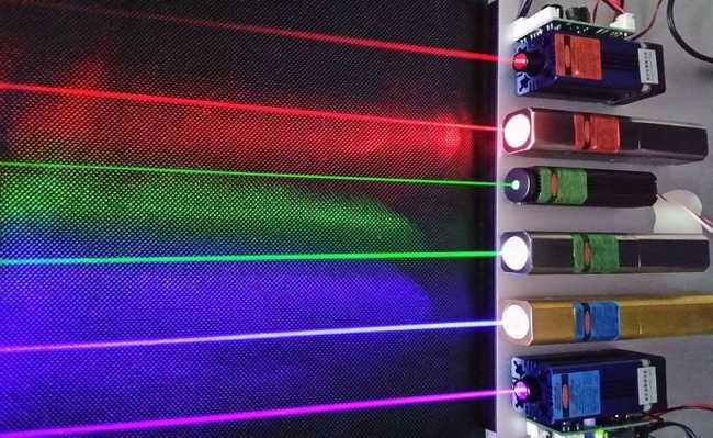 feixes de luz de cores diferentes