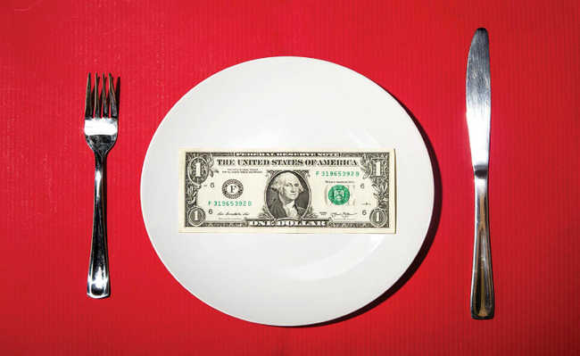 Talheres, prato com nota 1 dólar