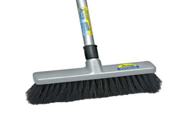 Vassouras podem ser usadas na limpeza de lugares altos