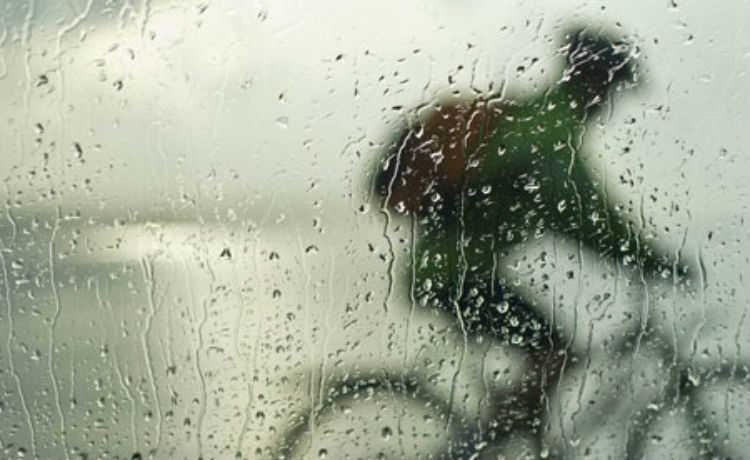 Andando de bicicleta com chuva