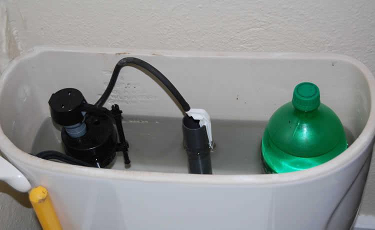 economizar água com Garrafa PET no vaso sanitário