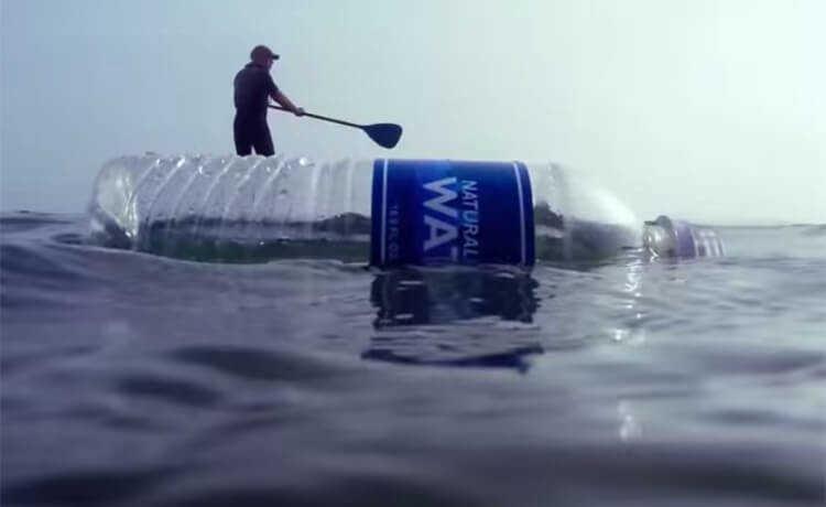 Garrafas plásticas no mar