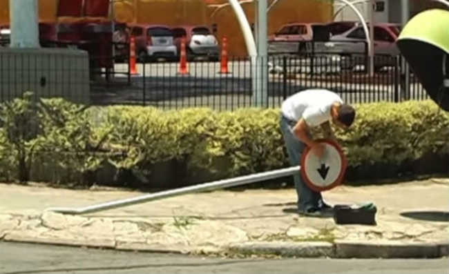 Arrumando placa na rua
