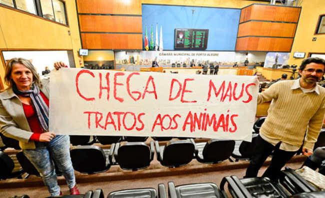 Faixa: Chega de maus tratos aos animais