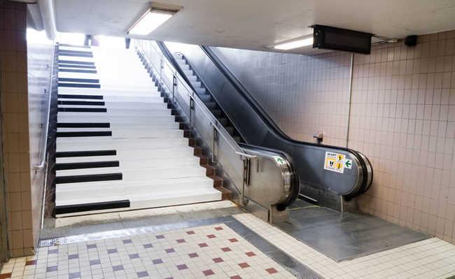 Degraus de escadas se transformam em teclas de piano