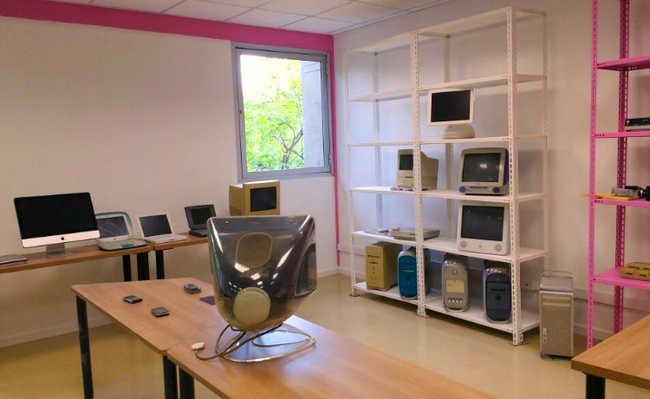 Sala com computadores Apple