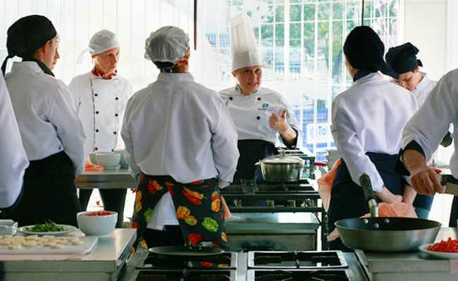 Chef dando aula na cozinha