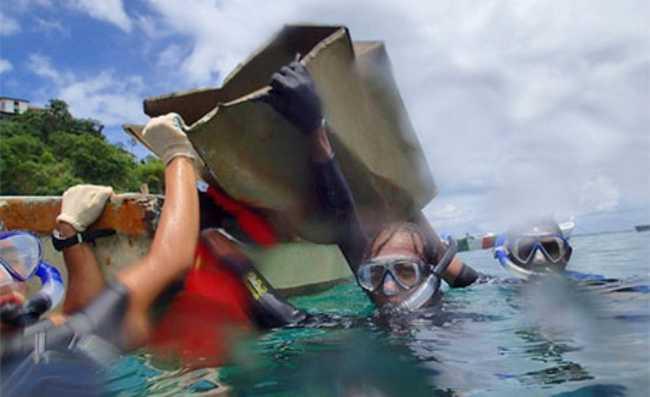 Mergulhadores retiram 119 quilos de lixo de mar em Salvador