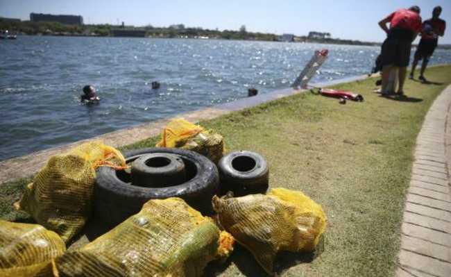 Lixo retirado do Lago Paranoá