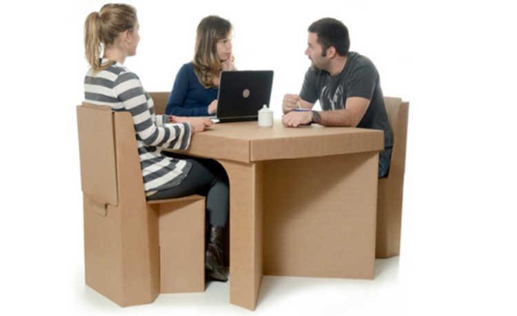 Mesa e cadeiras de papelão