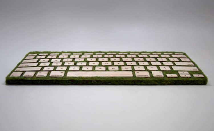 teclado de madeira sustentável e decorado com musgo